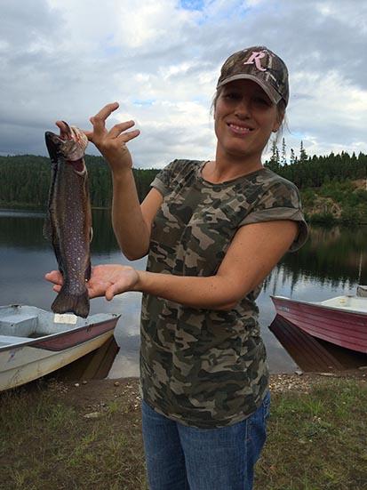 Pêche Les lacs, ensemencés ou sauvages, sont peuplés à foison: truite, truite sauvage, brochet du Nord et doré.